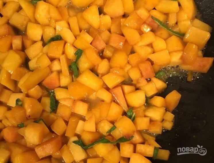2. Нарежьте персики мелкими кубиками, добавьте в ту же сковороду. Добавьте измельченный шалфей и готовьте до мягкости персиков.