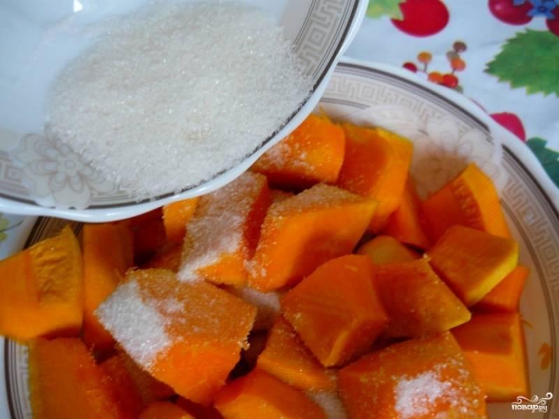 Кусочки тыквы засыпаем сахаром и оставляем на 10-15 минут.