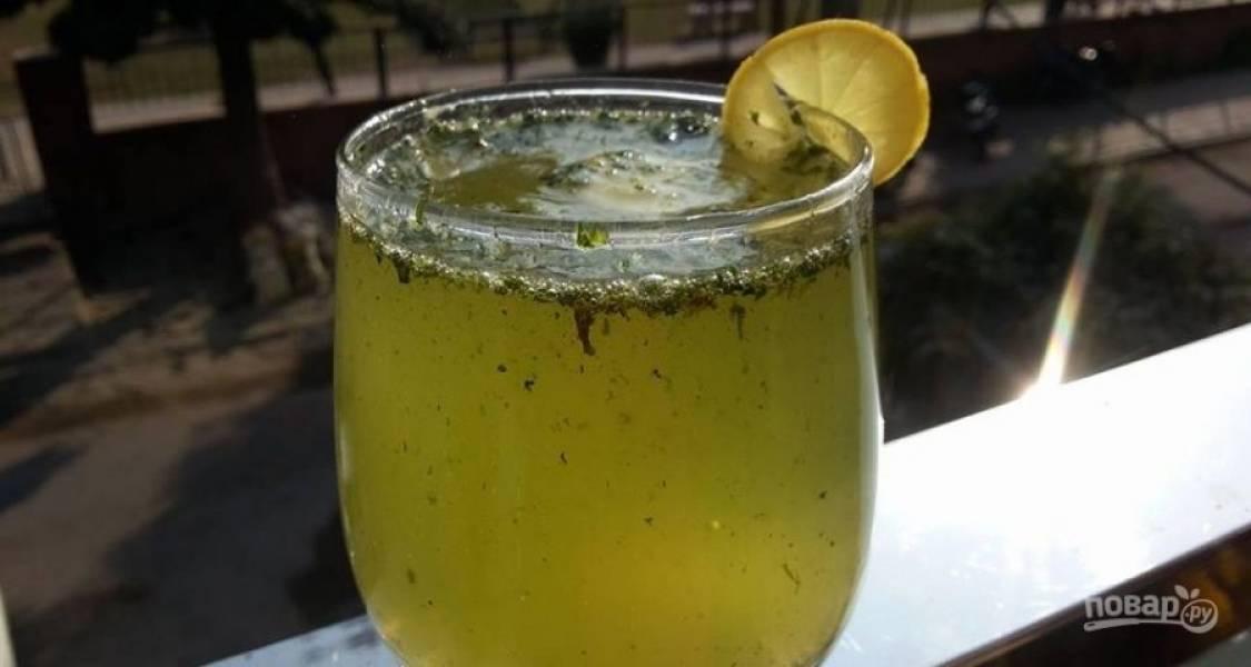 """6.Влейте холодный """"Спрайт"""" и добавьте щепотку соли, сразу перемешайте. Украсьте стакан ломтиком лимона и подавайте к столу."""