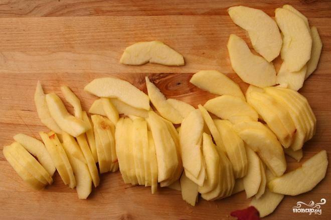 2. Разрезать половинки яблок толстыми ломтиками (около 6-10 мм толщиной). У вас получится около 12 кусочков от каждого яблока. Выложить ломтики яблок друг на друга, чтобы они перекрывали друг друга. Ничего страшного, если ломтики яблок выходят за края корочки.  В миске или мерной чашке миксером взбить жирные сливки, сахар, яйцо, яичный желток и ванильный экстракт. Вылить полученную смесь поверх яблок. Это будет заварной крем.