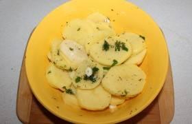 Картофель порезать и натереть маринадом.