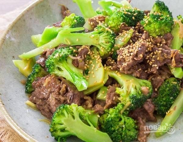 6.Подавайте блюдо сразу, украсив его семенами кунжута. Подавайте с отварным рисом, кускусом или булгуром.