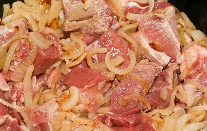 5. Когда лук станет золотистым, добавить баранину и обжарить до появления корочки. В рецепт приготовления плова из девзиры можно при желании использовать и другое мясо.
