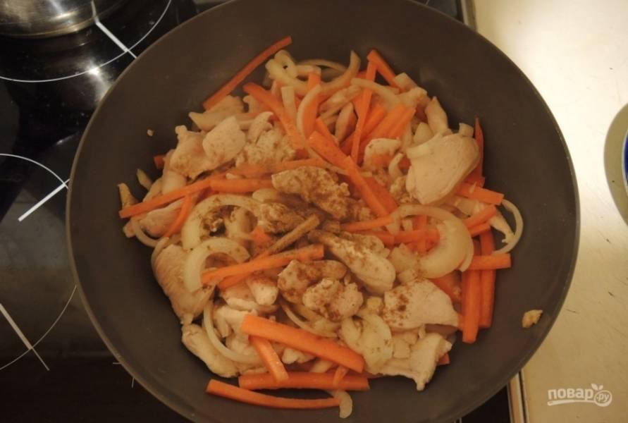 Добавьте морковь, лук, кориандр и имбирь. Тушите блюдо на сильном огне в течение 10 минут.