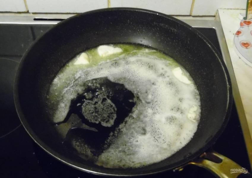 2.Сковороду ставлю на огонь, кладу в неё сливочное масло, растапливаю его на слабом огне.