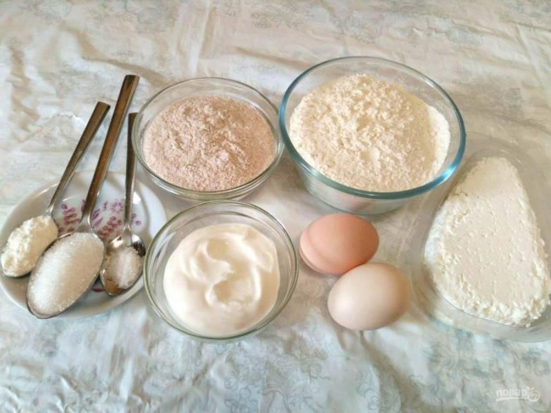 Подготовьте необходимые ингредиенты в указанных количествах. При отсутствии цельнозерновой муки можно обойтись обычной пшеничной мукой, учитывая, что это снизит полезные свойства готовой выпечки.