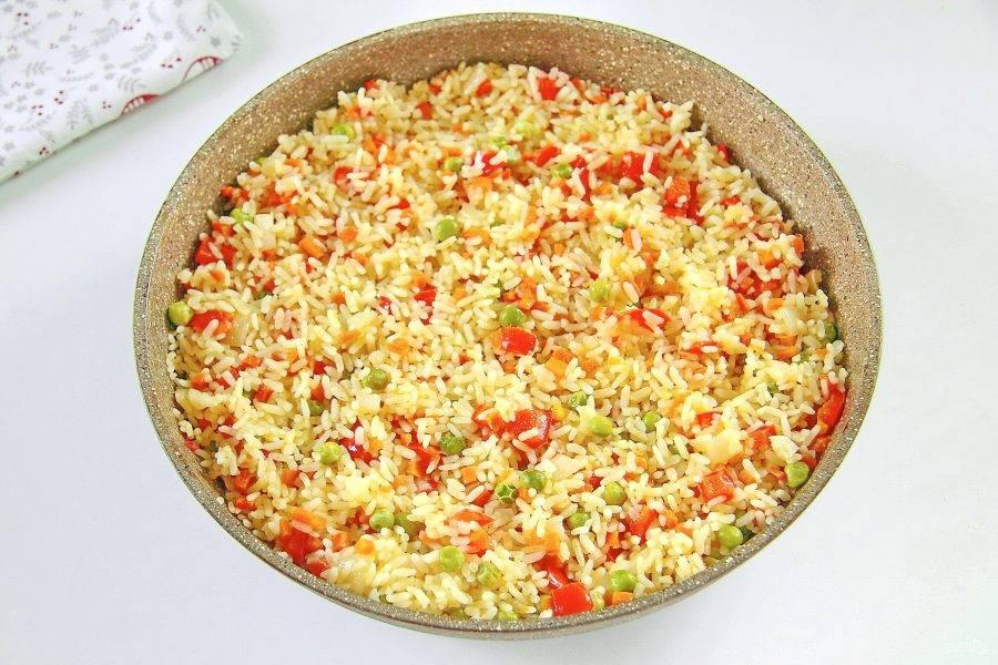 Не открывая крышку даем рису настояться еще 10-15 минут. Рис с горохом и сладким перцем готов.