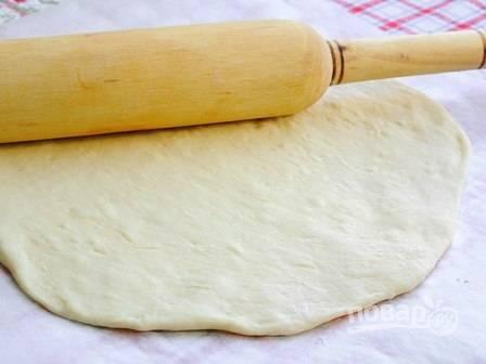 6. Когда тесто подошло, разделите его на две части, каждую раскатайте.