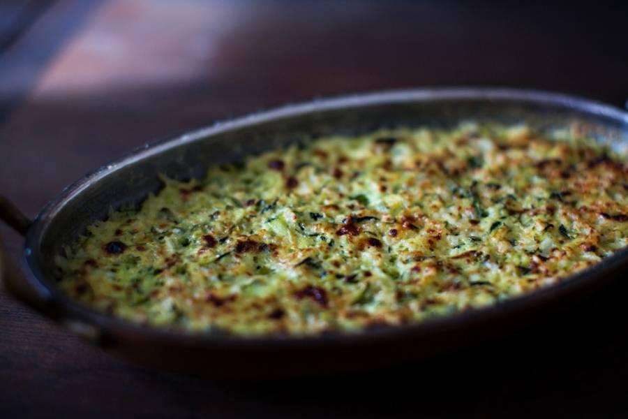 """7. Отправьте кабачки под соусом """"Бешамель"""" в домашних условиях на 15 минут в духовку. Когда верх зарумянится, блюдо готово и его можно подавать к столу."""