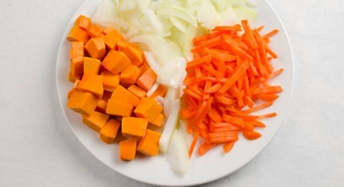 Морковь, тыкву и лук очищаем. Морковь нарезаем соломкой, лук - полукольцами, а тыкву - средними кубиками.