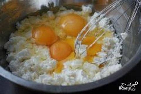2.Для начинки растереть творог, яйца и оставшийся сахар.