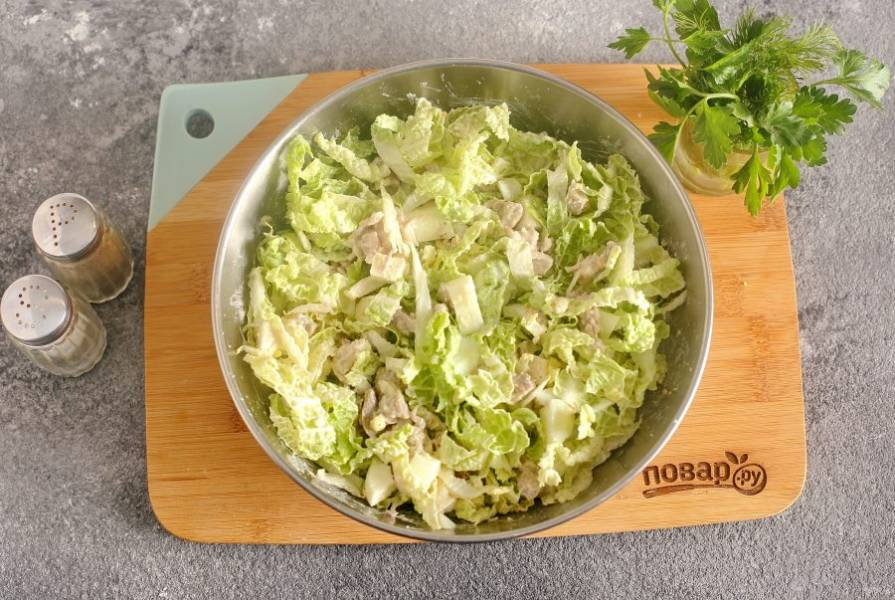 Салат посолите, поперчите по вкусу и перемешайте. Салат с пекинской капустой и курицей готов.