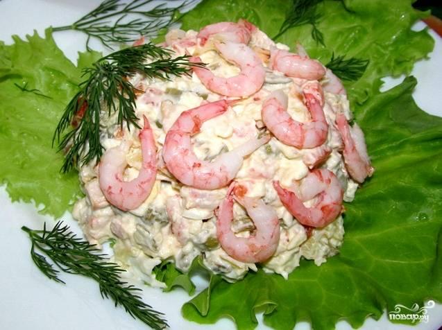 Все ингредиенты смешиваем в салатнике, заправляем майонезом и хорошенько перемешиваем. Выкладываем порцию на лист салата. Украшаем свежей зеленью и креветками. Вот такой вкусный и оригинальный салат у нас получился!
