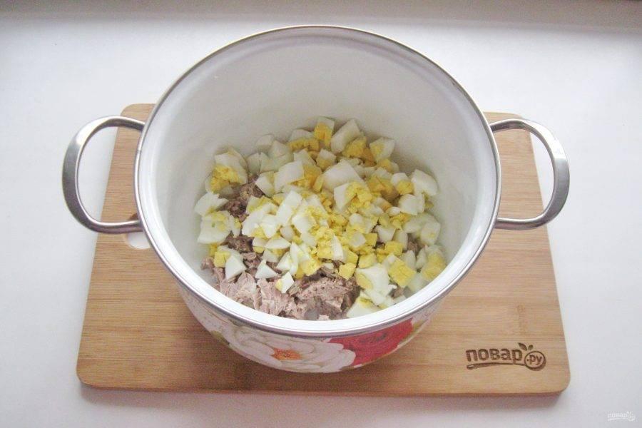 Яйца сварите вкрутую, охладите и мелко нарежьте.