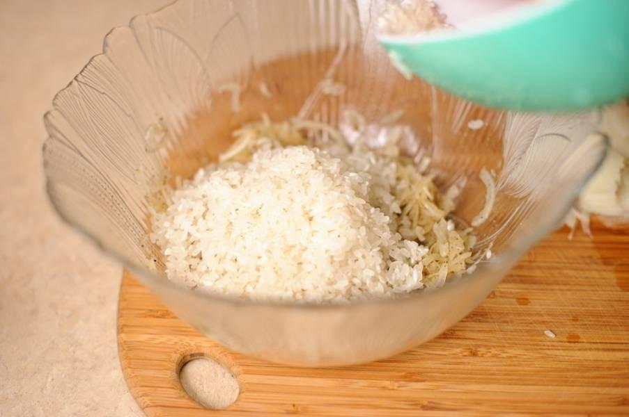 2. Готовый рис остудите и добавьте к перетертому со специями луку.