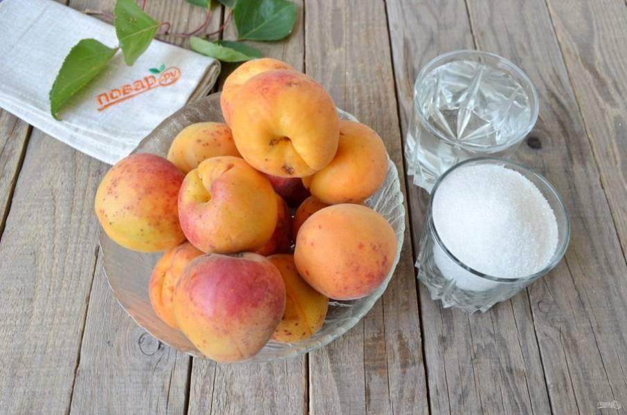 Подготовьте только самые спелые абрикосы, сахар и воду. Ее количество может быть любым, в зависимости от того, насколько плотно вы сможете уложить абрикосы для варки. Но обо всем по-порядку.