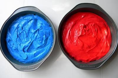 1. Я готовила коржи сама, чтобы сделать из разноцветными - в стиле Америки. В одну часть бисквитного теста я добавила яркий синий краситель, а в другую - красный. Разложила в две разные формы и отправила в разогретую духовку до 170 градусов до полной готовности.