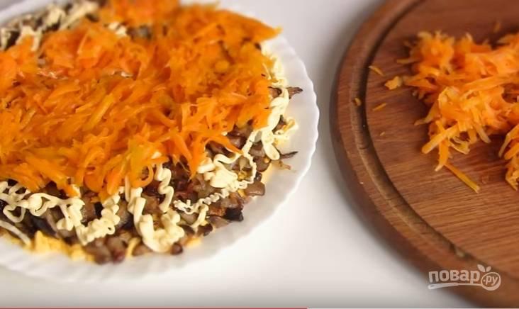 5. Вареную морковь натрите на крупную терку и выложите очередным слоем. И, конечно же, смажьте майонезом.