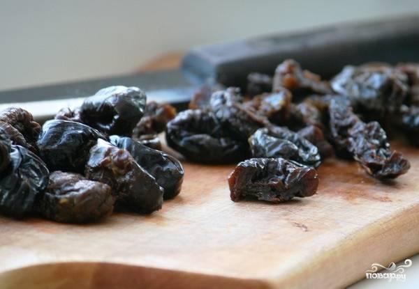 И - еще на 20 минут в духовку при той же температуре. Тем временем чернослив нарежем на половинки.