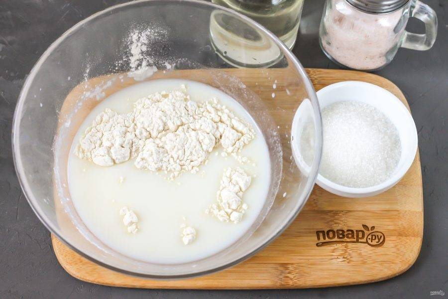 Влейте в глубокую емкость кокосовое молоко, всыпьте в него сахар, соль и просеянную пшеничную муку. Аккуратными движениями взбейте, чтобы не было комочков.