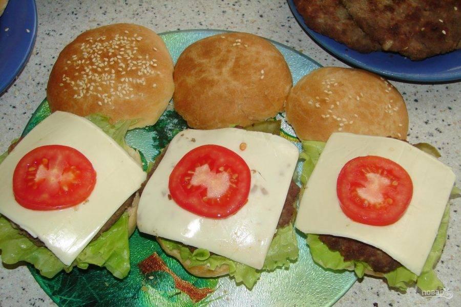 Затем — огурец, сыр и помидор.