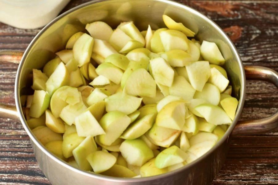 Вымойте яблоки и нарежьте их кусочками.