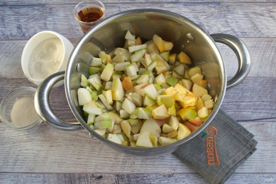 Яблоки нарежьте на мелкие кубики, семенные коробочки удалите.