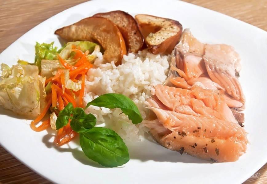 8. Если вы готовите форель на свежем воздухе на гриле или на решетке на костре, фольги не нужно. На гарнир можно приготовить рис, он идеально сочетается с запеченной рыбкой и айвой.
