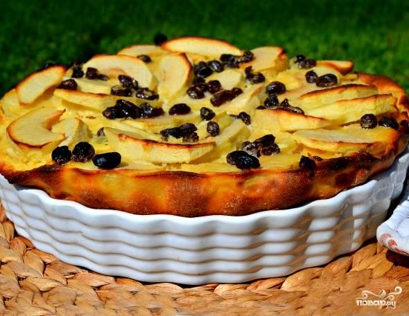 Если вы хотите, чтобы ваш пирог получился более сытным и плотным, просто положите в тесто больше муки. Но это уже будет шарлотка. У нас же главное в тесте - яйца. Достаем пирог, ставим его остывать под полотенцем. Этот пирог имеет омлетную структуру и должен понравиться утонченным натурам. Приятного аппетита!