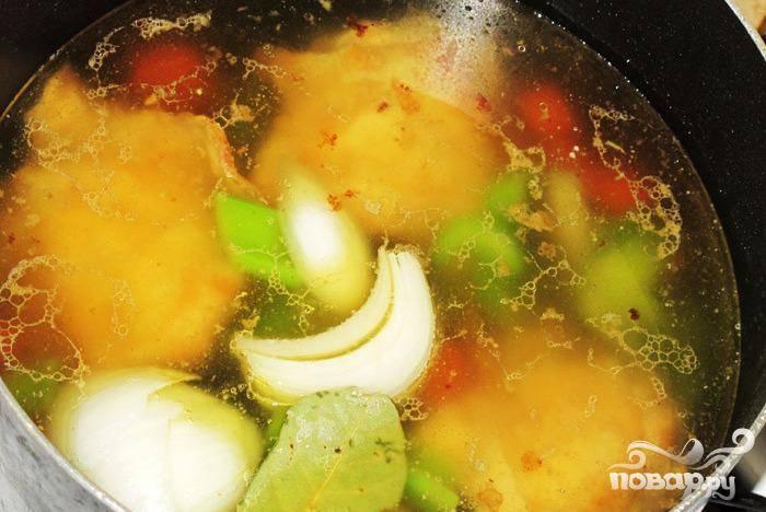 1. Приготовить бульон. Нарезать морковь. Крупно нарезать сельдерей. Разрезать лук пополам. В большой кастрюле на сильном огне обжарить чеснок в 2 столовых ложках оливкового масла. Когда масло станет шипеть,  добавить куриные бедра (кожей вниз) и жарить 5 минут. Перевернуть курицу и жарить 3 минуты. Добавить воду, лавровый лист, 2 стакана куриного бульона. Довести до кипения, затем добавить 1 нарезанную морковь, 1 стебель  нарезанного сельдерея и половину лука. Варить на медленном огне 30 минут.