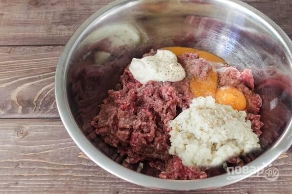 К фаршу добавляем майонез, яйцо, соль, черный молотый перец и перекрученные лук с хлебом.