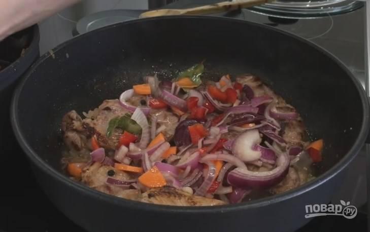 5. Затем выложите в сковородку овощи из маринада, перемешайте и жарьте на среднем огне несколько минут.