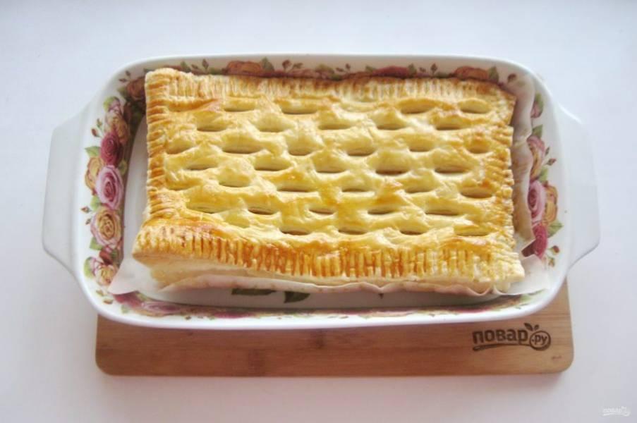 Выпекайте пирог в духовке при температуре 190-200 градусов 35-40 минут до румяной корочки.