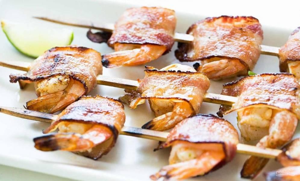 3.Обжаривайте креветки по 3 минуты с каждой стороны. Подавайте блюдо сразу или после остывания.