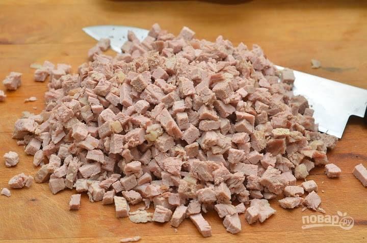 3.Тем временем отварное свиное филе нарезаю небольшими кубиками.