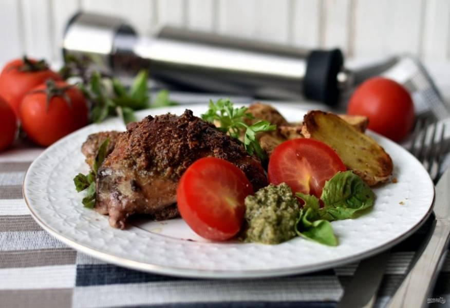 Подавайте курицу с картофелем горячими, добавив свежие овощи, зелень и ореховый песто.