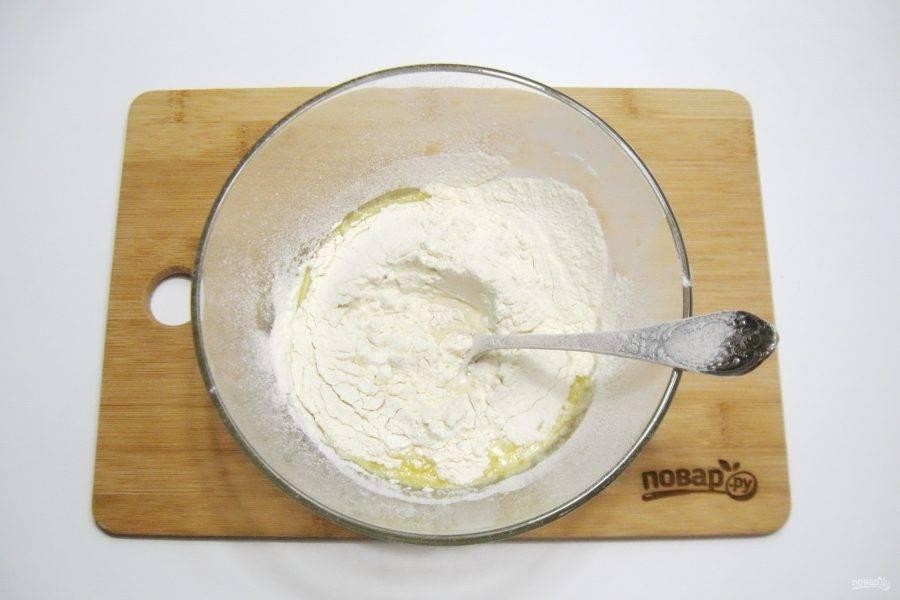 Добавьте соль, растопленное сливочное масло и просеянную муку.