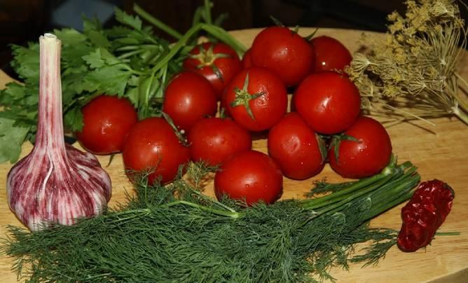 Тщательно промойте помидоры и зелень.