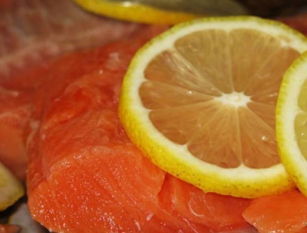 Рыбное филе нарезаем порционными кусочками, присыпаем специями по вкусу, сбрызгиваем лимонным соком.