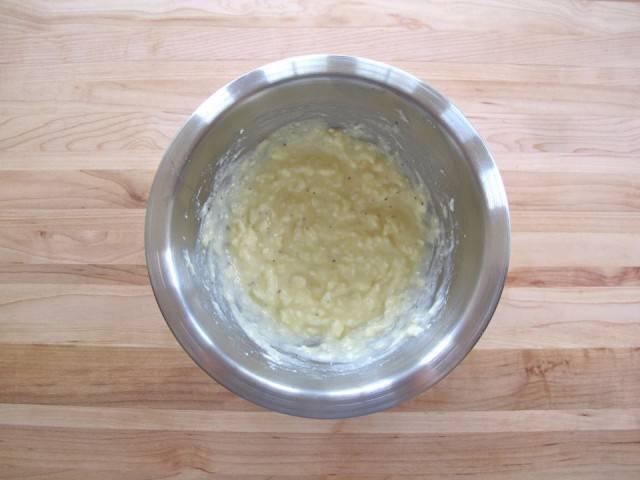 1. Включите духовку нагреваться на 180 градусов. В миске вилочкой смешайте творог, яйцо, соль и перец. Можно добавить измельченную зелень или нарезанные вяленые помидоры.