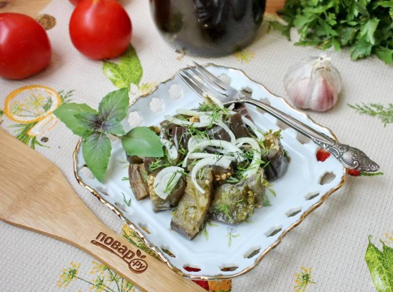 Через 4-5 дней квашеные баклажаны будут готовы. Подавайте с растительным маслом и луком на закуску.