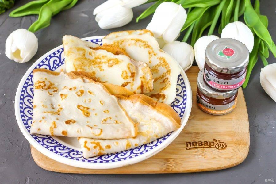 Готовые блинчики выложите на тарелку и подайте к столу горячими с джемом или вареньем.