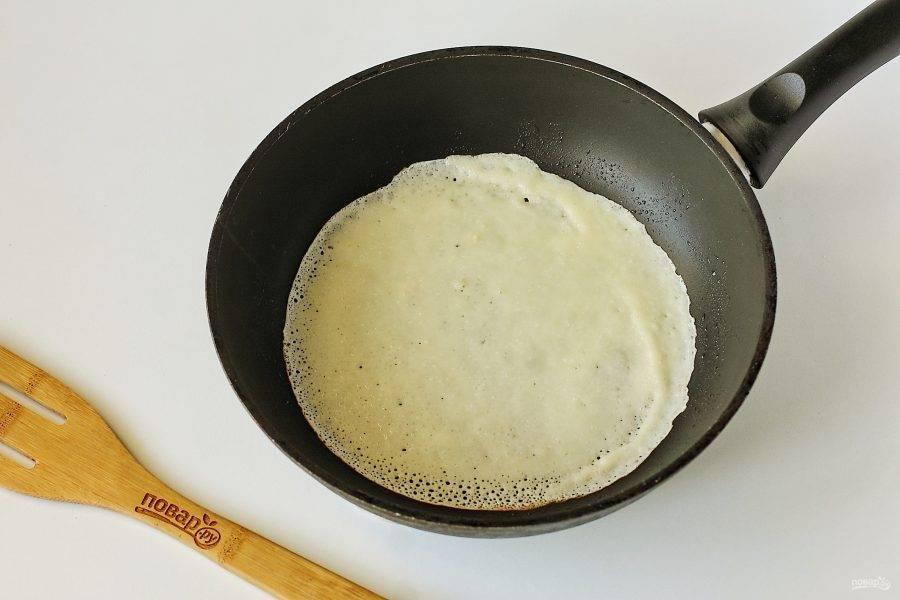 Сковороду хорошо разогрейте и первый раз смажьте ее маслом. Наливайте тесто половником, распределяя его по всей сковороде.