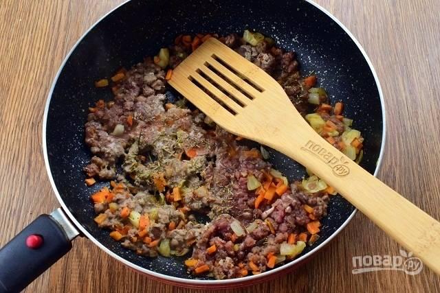 Добавьте бараний фарш, сушеный чеснок, соль, перец, розмарин, обжаривайте в течение 4х минут.