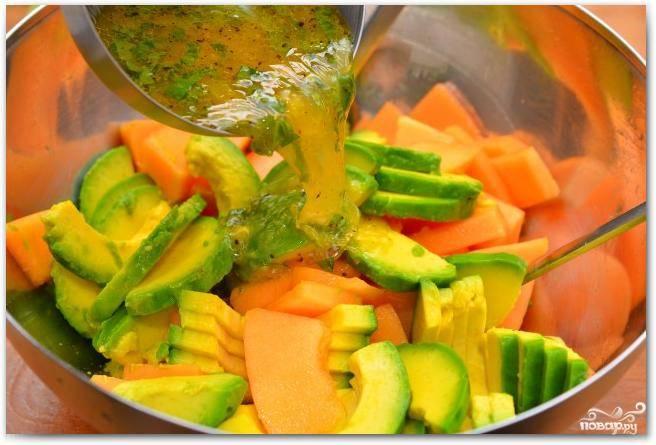 Смешиваем дыню с авокадо, заливаем соусом.