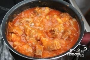Добавить муку к мясу с помидорами, довести до кипения и тушить 5 минут.