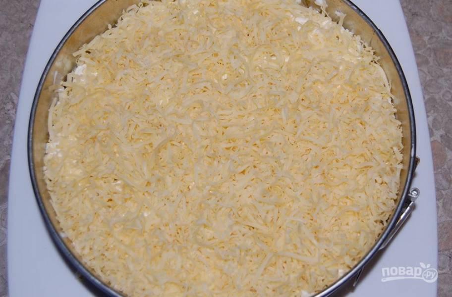 Теперь выкладываем ананасы, майонез, яйца и тертый сыр.