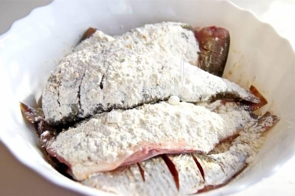 Муку смешайте с солью, чёрным молотым перцем. Обваляйте плотву в муке.