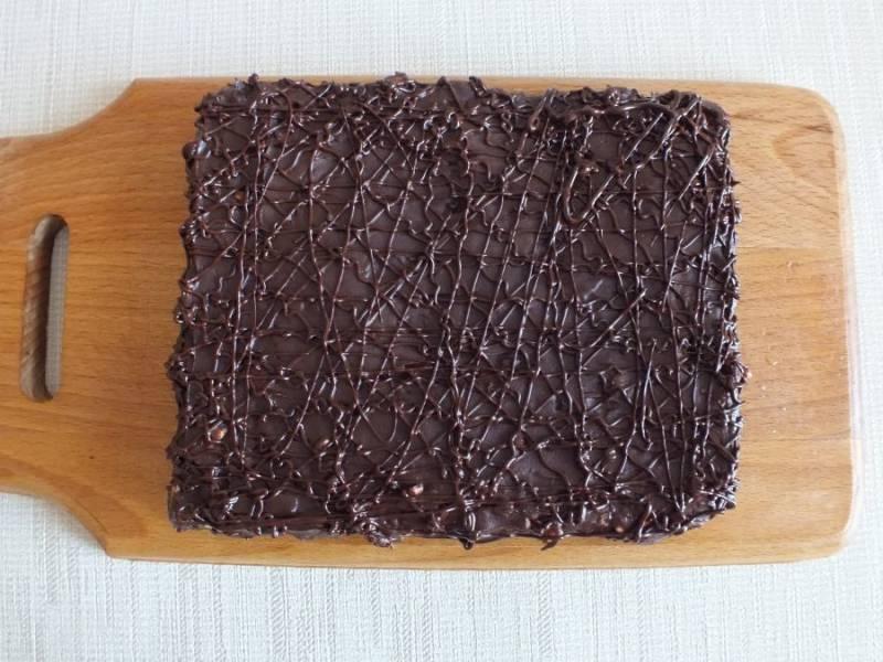 Десерт еще раз охладите, чтобы шоколадный слой полностью застыл.