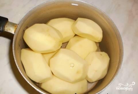Почистите, помойте и отварите в подсоленной воде картофель до готовности. Потом пюрируйте его и остудите.